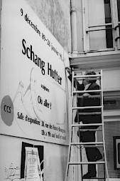 """<p>Schang Hutter, """"Où aller?"""" (l'artiste intervenant sur le panneau de la rue des Francs Bourgeois) / Photo: D.R.</p>"""