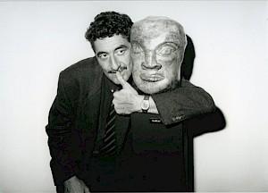 Daniel Schmid et une sculpture d'Eva Aeppli, au vernissage de la rétropective Eva Aeppli au CCS / Photo: D.R. — © Centre culturel suisse. Paris