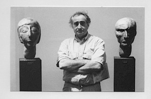 <p>Fredi Murer entre deux sculpture d'Eva Aeppli (vernissage) / Photo: D.R.</p>