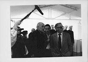 <p>Pontus Hulten (gauche) et Werner Düggelin (droite) au vernissage d'Eva Aeppli / Photo: D.R.</p>