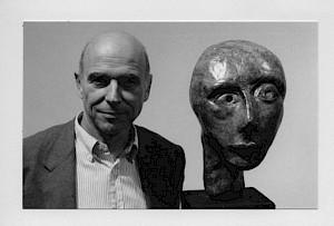 <p>Peter Knapp et une sculpture d'Eva Aeppli / Photo: D.R.</p>