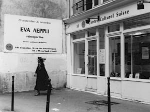 """Eva Aeppli, """"Rétrospective"""", vue du panneau d'affichage et de la vitrine rue des Francs-Bourgeois / Photo: D.R. — © Centre culturel suisse. Paris"""