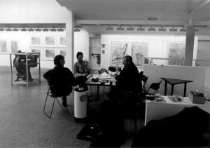 <p>Bernard Luginbühl (à droite) pendant l'accrochage / Photo: D.R.</p>