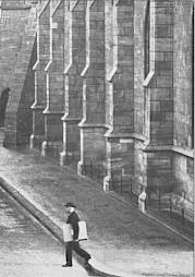 Jakob Burckhardt, se rendant à ses cours d'histoire de l'art et de civilisation à l'Université de Bâle, où il fut le collègue de Nietzsche. — © Centre culturel suisse. Paris