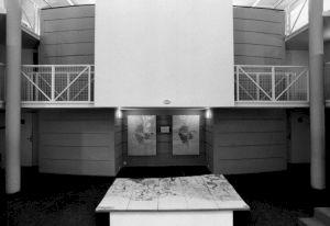 <p>Vue de l'exposition au Centre Culturel Suisse, 1986 (hall d'entrée) / Photo: Dahliette Sucheyre</p>