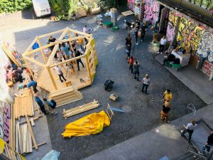 <p>Building up the «Cafe for All» at the Autonomous School Zurich, 2020 © Architecture for Refugees SCHWEIZ</p>
